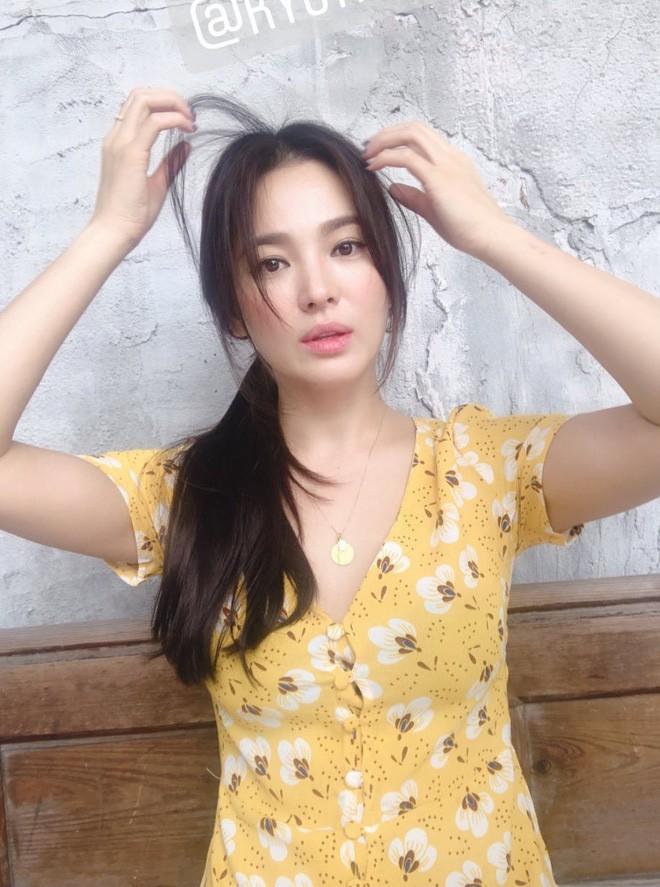 Biểu cảm đối lập bất ngờ của Song Joong Ki và Song Hye Kyo ngay trước khi đệ đơn ly hôn: Có gì đó sai sai? - Hình 9