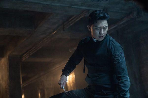 Cận cảnh Park Seo Joon khoe thể hình 6 múi khiến chị em 'chết mê' trong phim điện ảnh sắp ra mắt The Divine Fury - Hình 10