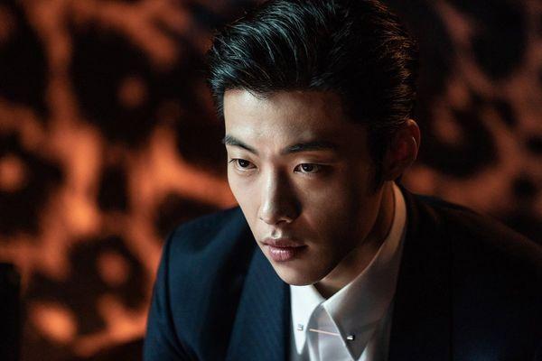 Cận cảnh Park Seo Joon khoe thể hình 6 múi khiến chị em 'chết mê' trong phim điện ảnh sắp ra mắt The Divine Fury - Hình 11