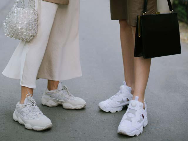 Giày sneaker trắng không làm ai lo lắng: Cách giặt rửa siêu nhanh tại nhà - Hình 1