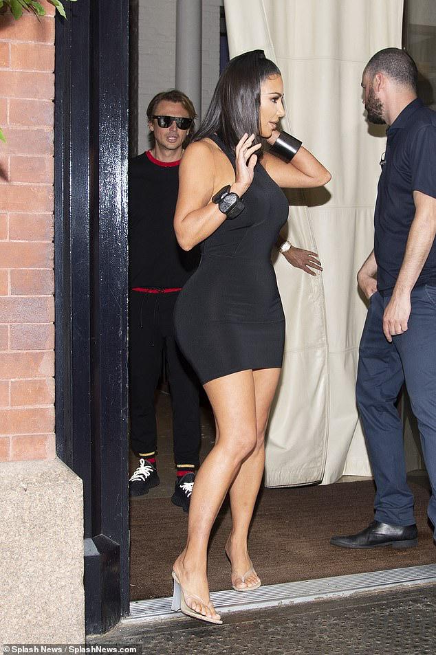 Kim Kardashian mặc đầm ôm sát, khoe dáng bốc lửa khi ra phố ăn tối - Hình 4