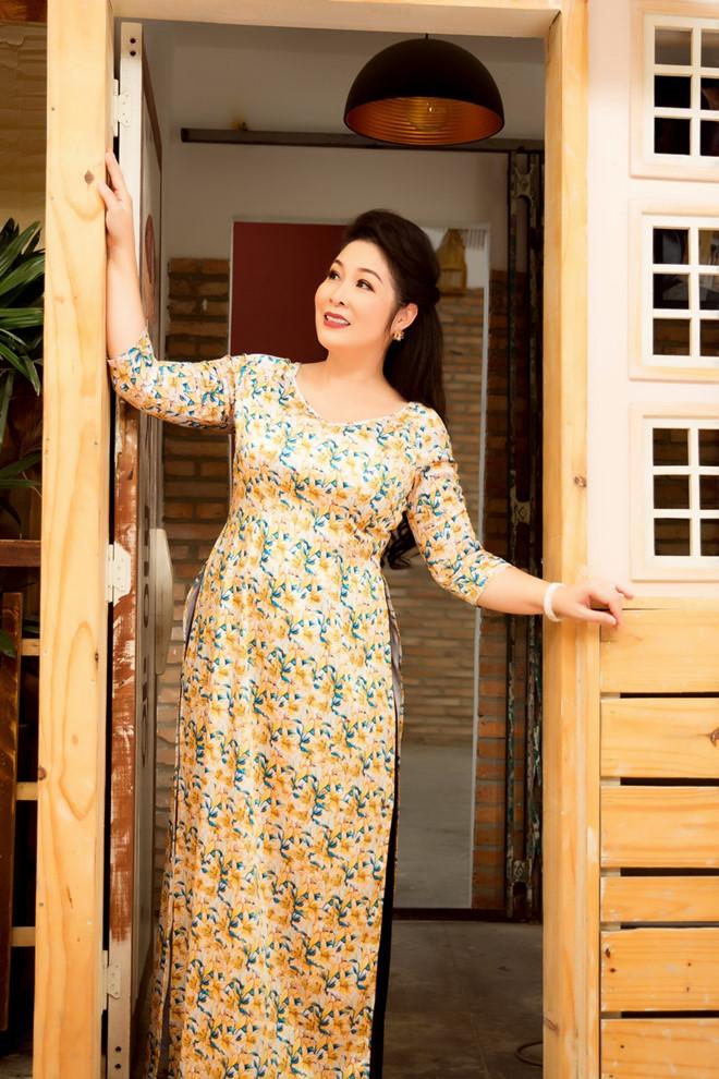Nghệ sĩ Hồng Vân diện áo dài nữ tính, đằm thắm ở tuổi 53 - Hình 7