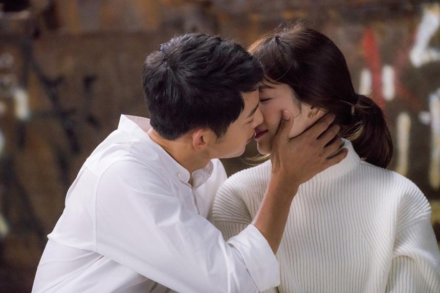 Nhói lòng khi xem lại những thước phim đẹp như mơ của Hậu duệ mặt trời - tác phẩm se duyên cho Song Joong Ki và Song Hye Kyo - Hình 4