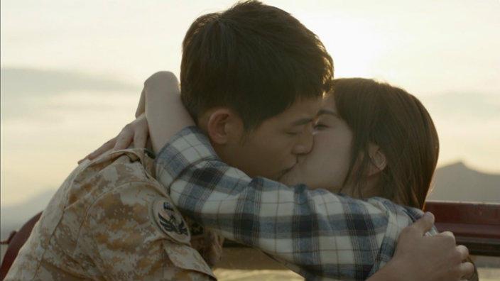 Nhói lòng khi xem lại những thước phim đẹp như mơ của Hậu duệ mặt trời - tác phẩm se duyên cho Song Joong Ki và Song Hye Kyo - Hình 6