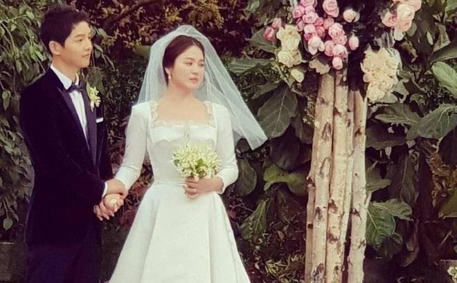 Nhói lòng khi xem lại những thước phim đẹp như mơ của Hậu duệ mặt trời - tác phẩm se duyên cho Song Joong Ki và Song Hye Kyo - Hình 17