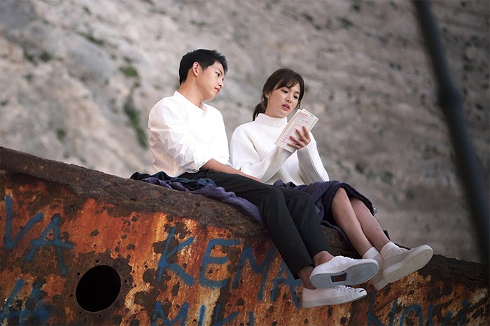 Nhói lòng khi xem lại những thước phim đẹp như mơ của Hậu duệ mặt trời - tác phẩm se duyên cho Song Joong Ki và Song Hye Kyo - Hình 7