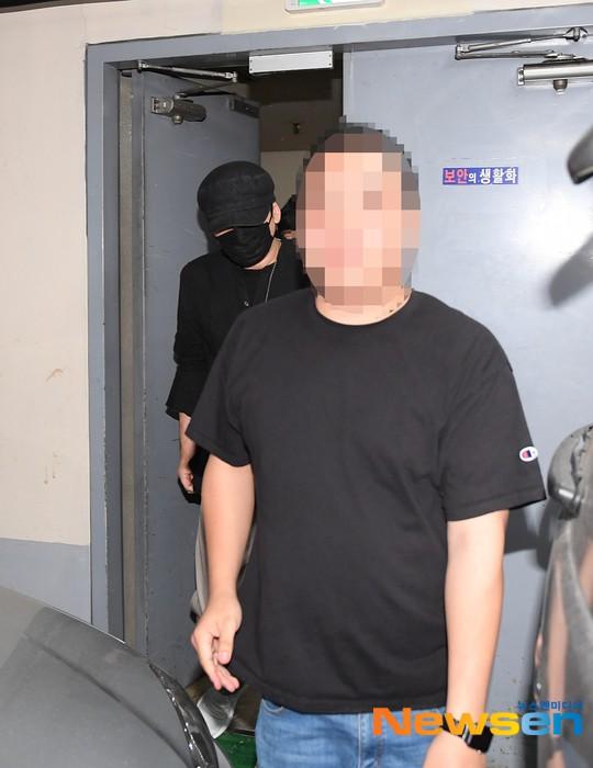 NÓNG: Cựu chủ tịch YG lần đầu trình diện cảnh sát vào nửa đêm, đeo khẩu trang trốn truyền thông bằng lối ra hầm đỗ xe - Hình 1