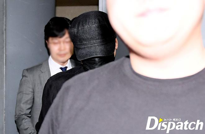 NÓNG: Cựu chủ tịch YG lần đầu trình diện cảnh sát vào nửa đêm, đeo khẩu trang trốn truyền thông bằng lối ra hầm đỗ xe - Hình 3