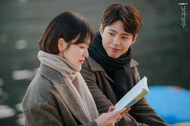 Park Bo Gum đã có động thái đầu tiên trước tin đồn ngoại tình với Song Hye Kyo, phản bội Song Joong Ki - Hình 1