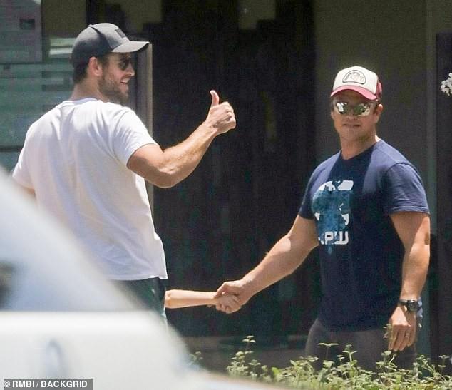 Liam Hemsworth xuất hiện sau tin đồn ly hôn cùng Miley Cyrus, biểu cảm đặc biệt gây chú ý - Hình 2