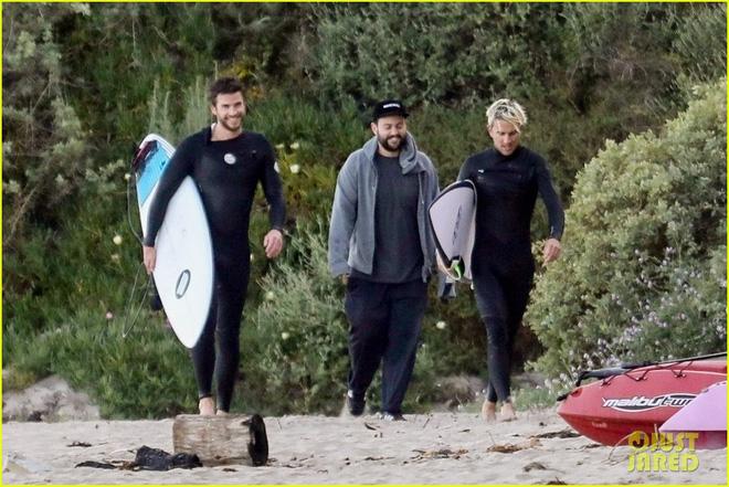 Liam Hemsworth xuất hiện sau tin đồn ly hôn cùng Miley Cyrus, biểu cảm đặc biệt gây chú ý - Hình 4