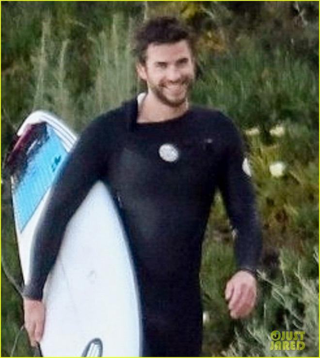 Liam Hemsworth xuất hiện sau tin đồn ly hôn cùng Miley Cyrus, biểu cảm đặc biệt gây chú ý - Hình 5