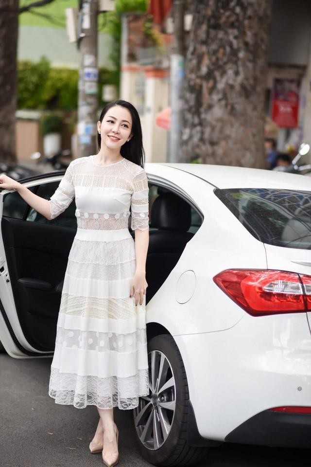 Khác với Đinh Hiền Anh, người đẹp Thủy Hương rời xa showbiz, kín tiếng cuộc hôn nhân với chồng bộ trưởng - Hình 4