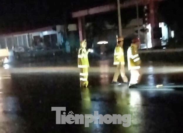 Mất đèn tín hiệu giao thông, liên tục xảy ra tai nạn, 3 người bị thương - Hình 1