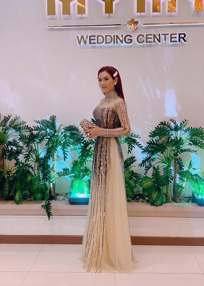Lâm Khánh Chi diện áo dài, đeo nhẫn kim cương khủng đi đám cưới cùng ông xã kém 8 tuổi - Hình 1