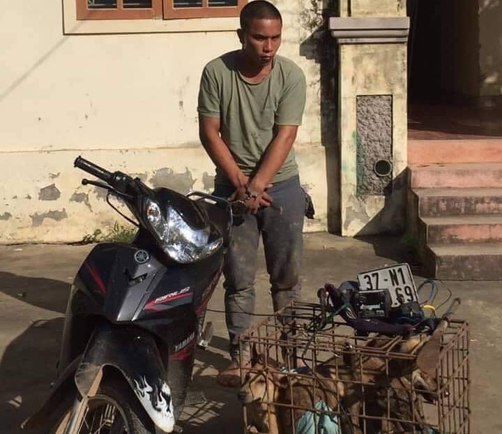 Mang đao đi trộm chó, 2 cẩu tặc bị người dân vây trong đêm - Hình 1