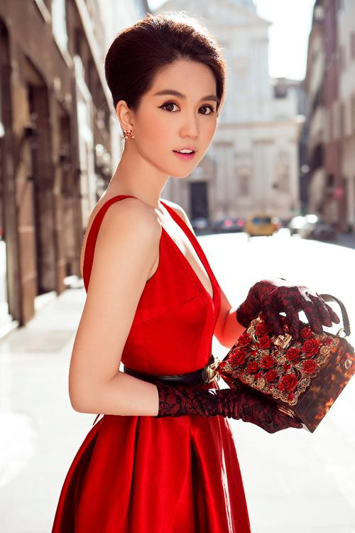 Ngọc Trinh lại gây sốt khi diện trang phục gợi cảm sang Singapore dự lễ hội - Hình 2