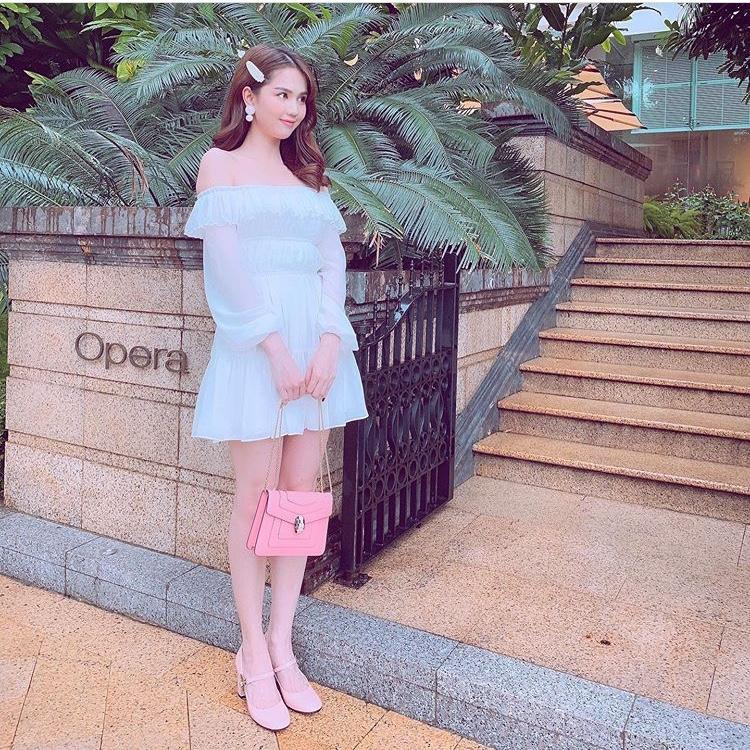 Ngọc Trinh lại gây sốt khi diện trang phục gợi cảm sang Singapore dự lễ hội - Hình 1