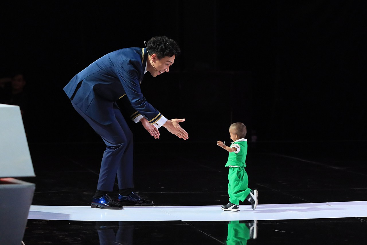 Người bí ẩn tiếp tục lấy nước mắt khán giả với màn xuất hiện của cậu bé tí hon - Hình 1