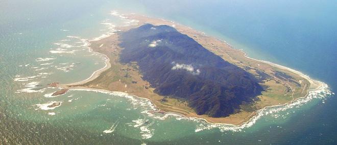 Đảo hải tặc phiên bản có thực: Chỉ lên được bằng trực thăng, dân đảo khoái hôi của và mơ hão hơn là chăm chỉ làm lụng - Hình 1