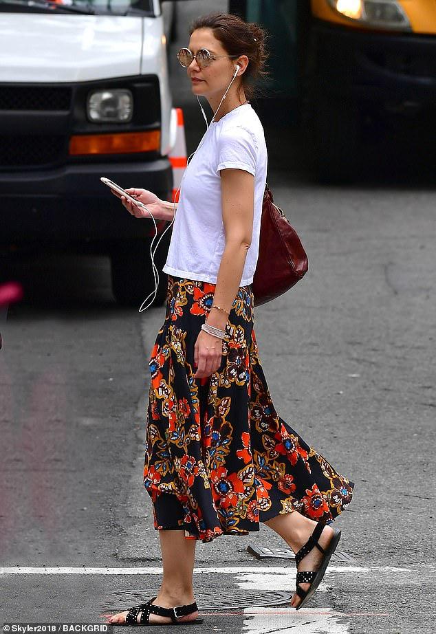 Katie Holmes để mặt mộc nhợt nhạt, ăn mặc xuề xòa khi ra phố - Hình 3