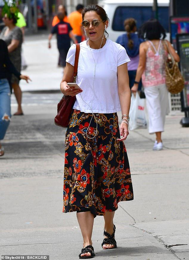 Katie Holmes để mặt mộc nhợt nhạt, ăn mặc xuề xòa khi ra phố - Hình 1