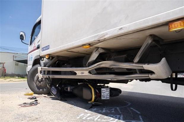 Xe máy đâm vào xe tải đang chuyển hướng làm 4 người trọng thương - Hình 1