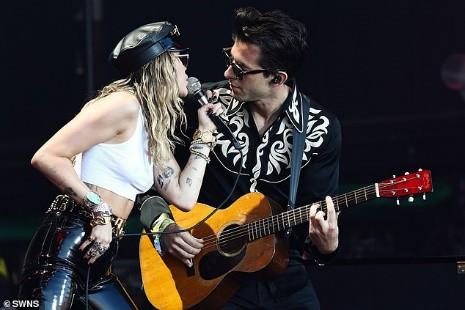 Miley Cyrus tái xuất đầy nổi loạn hậu tin đồn ly hôn, hành động thân mật với trai lạ gây chú ý - Hình 1