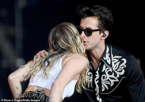 Miley Cyrus tái xuất đầy nổi loạn hậu tin đồn ly hôn, hành động thân mật với trai lạ gây chú ý - Hình 2