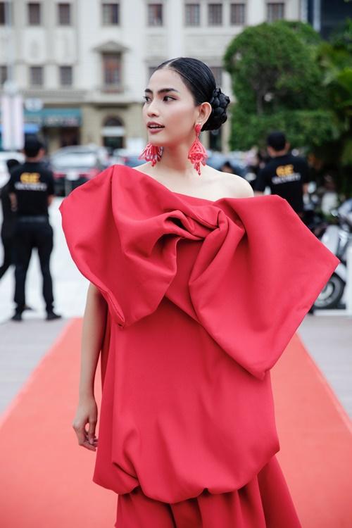 Trương Thị May, Trà Ngọc Hằng diện đầm rực rỡ tại sự kiện thời trang - Hình 3