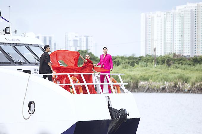 Võ Hoàng Yến đứng trên boong tàu mở màn show Vũ Ngọc và Son - Hình 1