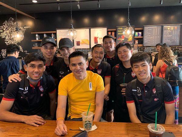 Đặng Văn Lâm bất ngờ chụp ảnh thân thiết với Kiatisak, gọi huyền thoại bóng đá Thái Lan là thầy - Hình 2