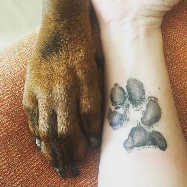 Giới trẻ thế giới phát cuồng với mốt hình xăm dấu chân chó cưng đẹp đến mê mẩn - Hình 2