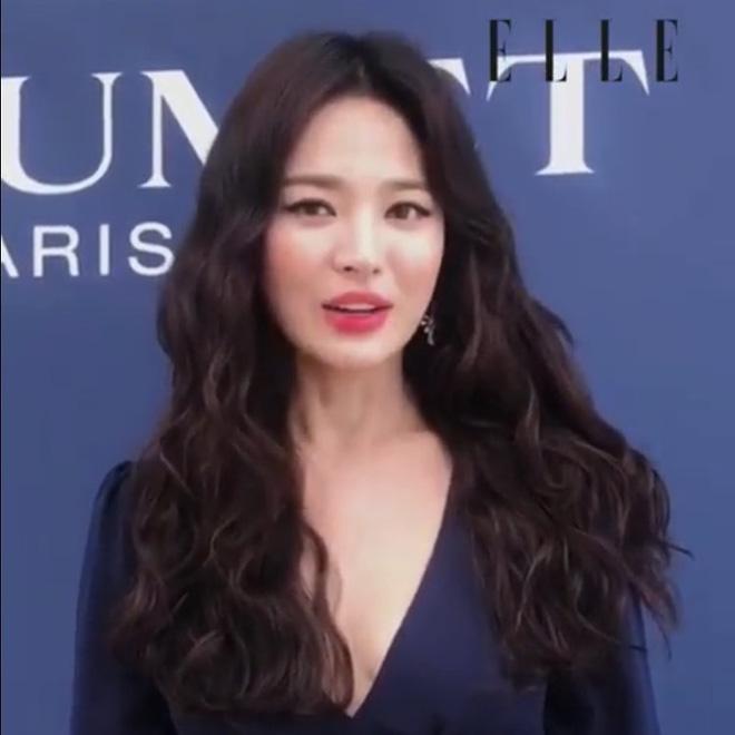 Ôi trời, Song Hye Kyo lột xác táo bạo hậu ly dị: Đã đẹp lại còn diện váy xẻ ngực sâu, khoe đôi gò bồng đảo quyến rũ - Hình 1