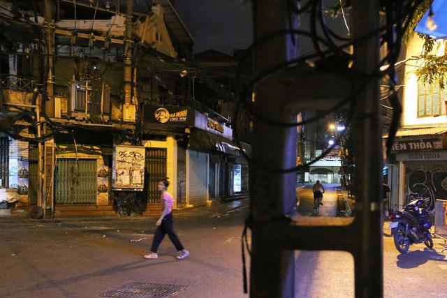 Phố vắng lãng mạn trong đêm ở Hà Nội - Hình 5