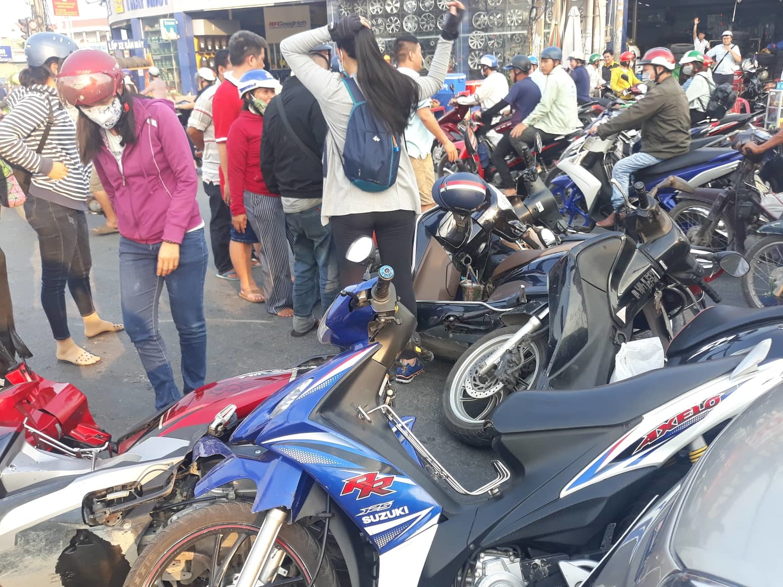 Ô tô tông văng 6 xe máy dừng đèn đỏ ở Sài Gòn - Hình 5