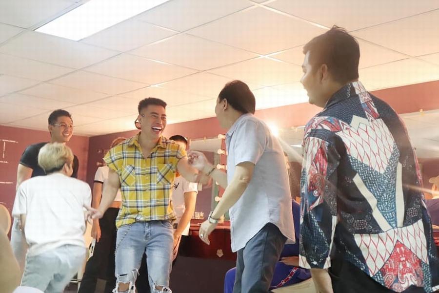 Lê Dương Bảo Lâm và loạt nghệ sĩ lớn cận lực tập luyện đến tận rạng sáng cho liveshow của NSƯT Hoài Linh - Hình 6