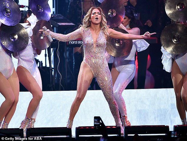 Jennifer Lopez tự tin để mặt mộc, quấn khăn lên đầu khi ra phố - Hình 8