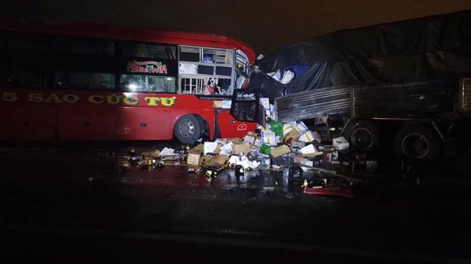 Xe khách giường nằm đấu đầu ôtô tải, hai tài xế tử vong - Hình 1