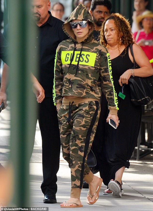 Jennifer Lopez phô dáng bốc lửa khi mặc đồ thể thao ra phố - Hình 6