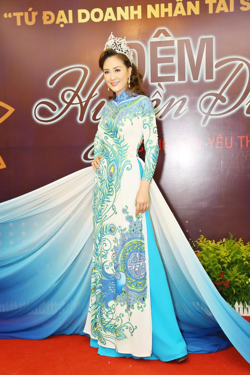 Hoa hậu Áo dài Đàm Lưu Ly đội vương miện đi sự kiện sau 24 năm đăng quang - Hình 1