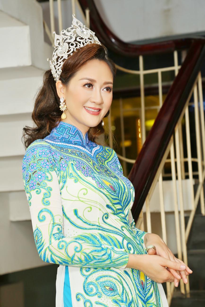 Hoa hậu Áo dài Đàm Lưu Ly đội vương miện đi sự kiện sau 24 năm đăng quang - Hình 2