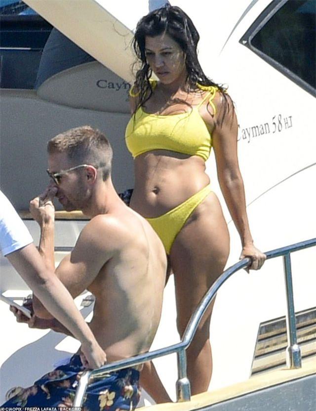 Kourtney Kardashian diện bikini bốc lửa trong kỳ nghỉ hè - Hình 2