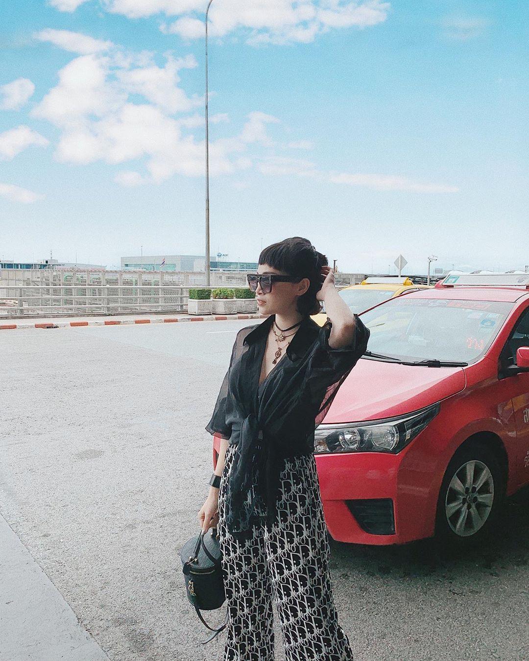 Street style hot mom: Chị dâu Bảo Thy khoe dáng nuột dù mới sinh không lâu, Ly Kute diện đồ đôi chất chơi với con trai - Hình 4