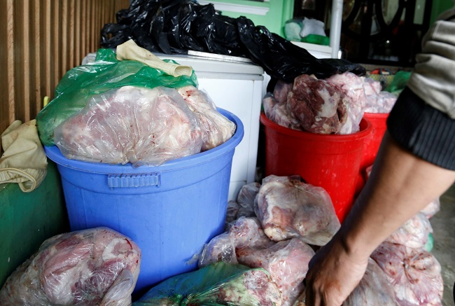 Phát hiện kho chứa 800kg thịt heo đã bốc mùi, rỉ nước - Hình 2