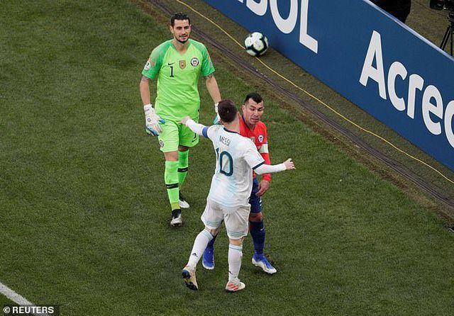 HLV Argentina tức giận khi Messi nhận thẻ đỏ trước Chile - Hình 1