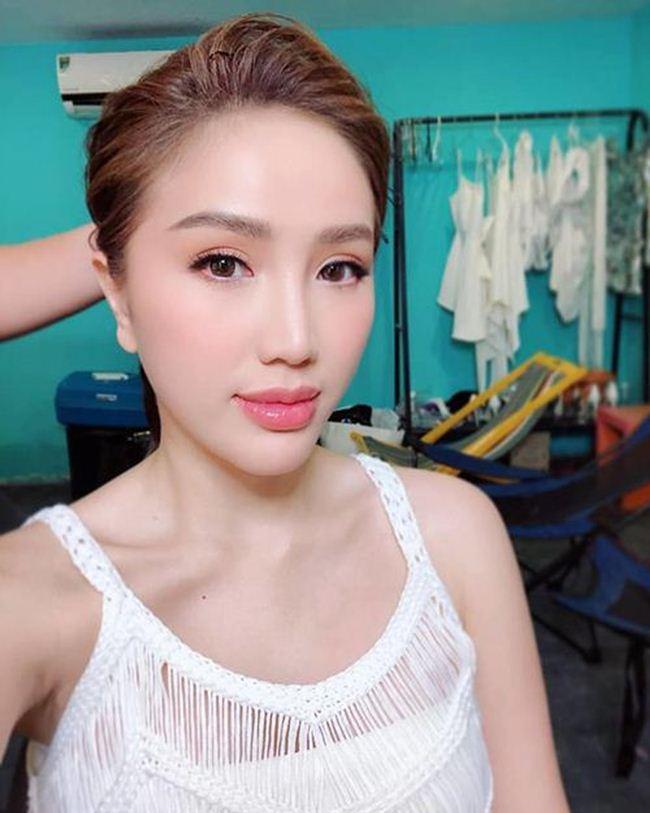 Lộ mặt mộc: Lâm Khánh Chi, Nhã Phương khiến fan giật mình - Hình 11