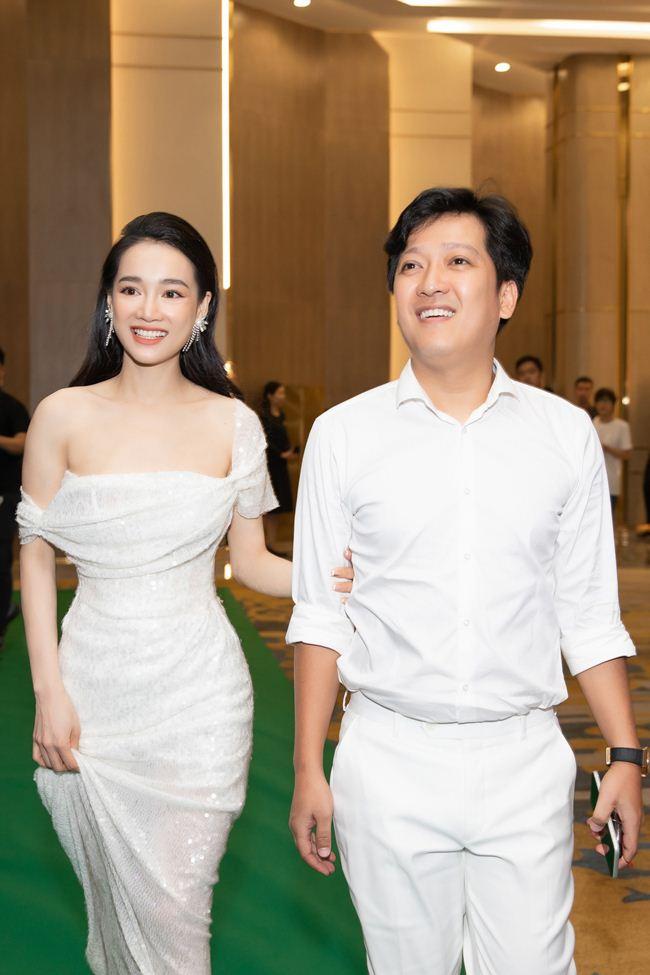 Lộ mặt mộc: Lâm Khánh Chi, Nhã Phương khiến fan giật mình - Hình 16