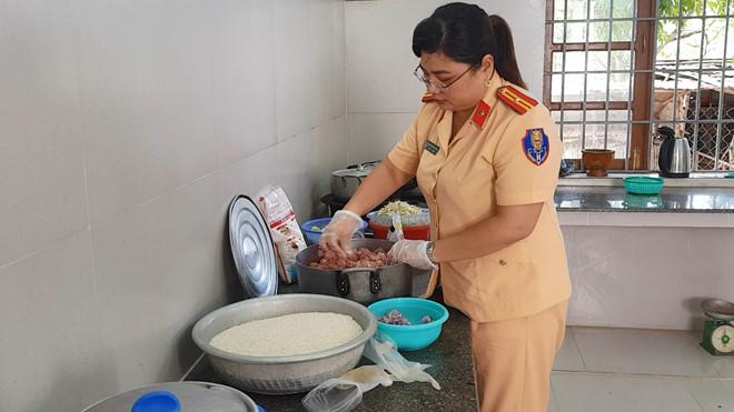 CSGT Phú Yên phát cháo, tặng sữa cho bệnh nhân nghèo ở Bệnh viện Sản nhi - Hình 2