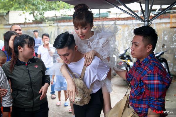 Hương Giang tháo bột sau tai nạn gãy xương chân, xách túi hiệu mừng sinh nhật bạn thân - Hình 4